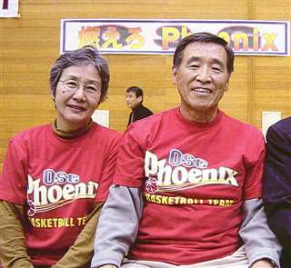 bj入りを決断してくれたOSGの大沢輝秀会長(右、当時、故人)と妻淑子さん