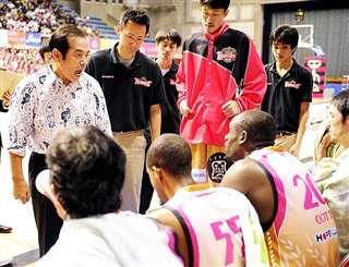 試合中にタイムアウト。選手に吠(ほ)える(左)=23年11月、秋田市立体育館