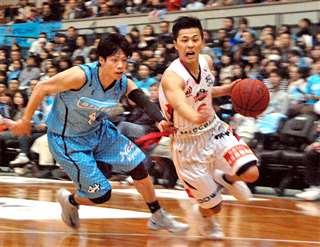 ハピネッツ時代から群を抜いていた富樫選手(右)。今夏の東京五輪にも出場=25年3月