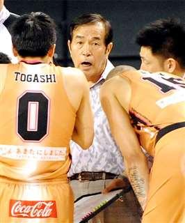 有明最終決戦の琉球戦で選手に指示(中央)=平成26(2014)年5月25日
