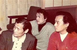 親戚の家で父(左)、弟(右)と=昭和49年3月