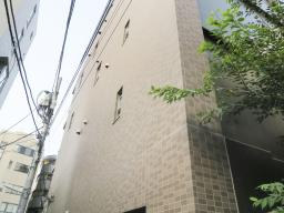 VISIONが入ったマンション=2020年8月、東京都新宿区