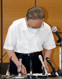 大阪府摂津市役所で3歳児虐待死に関し記者会見し、謝罪する森山一正市長=28日午後